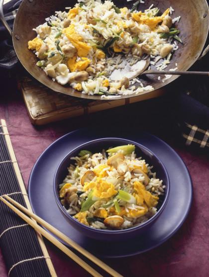 Mushroom rice in the wok